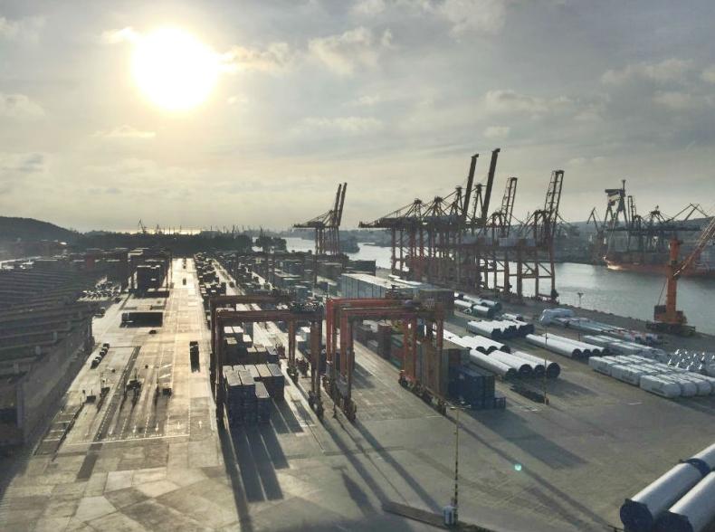 Widok z dachu portowego biurowca na terminal BCT w Gdyni - GospodarkaMorska.pl