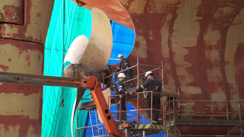 Demontaż 17-tonowej śruby okrętowej na statku Leopard Moon - GospodarkaMorska.pl
