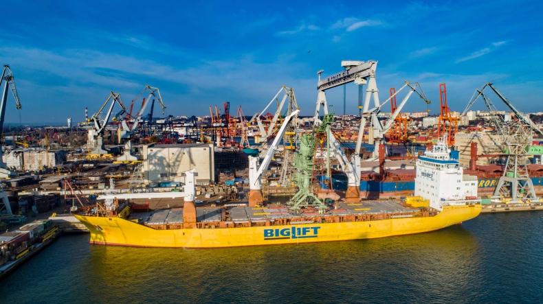 Załadunek odkurzacza na statek Happy Dover w EPG w Gdyni - GospodarkaMorska.pl