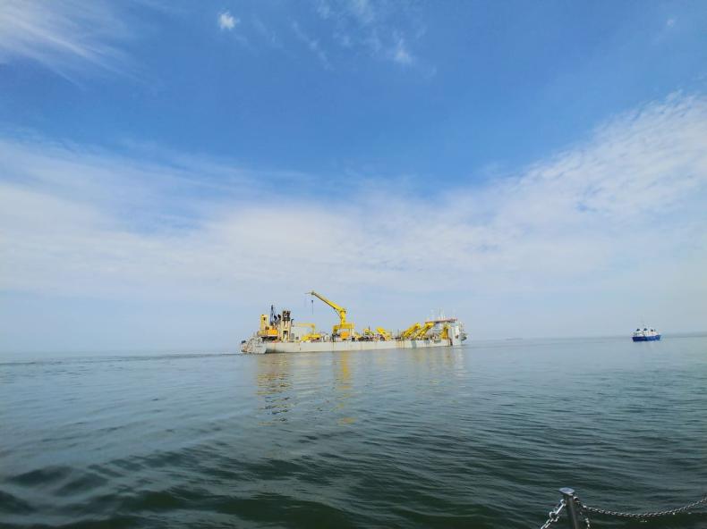 Największa na świecie pogłębiarka pogłębia tor wodny do Portu Gdańsk - GospodarkaMorska.pl