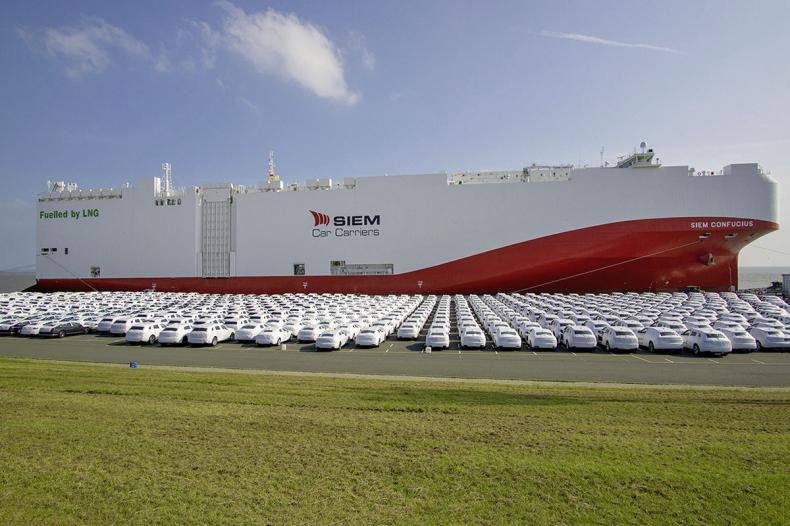 Volkswagen po raz pierwszy wykorzystuje do transportu samochodów statek zasilany niskoemisyjnym gazem ziemnym - GospodarkaMorska.pl