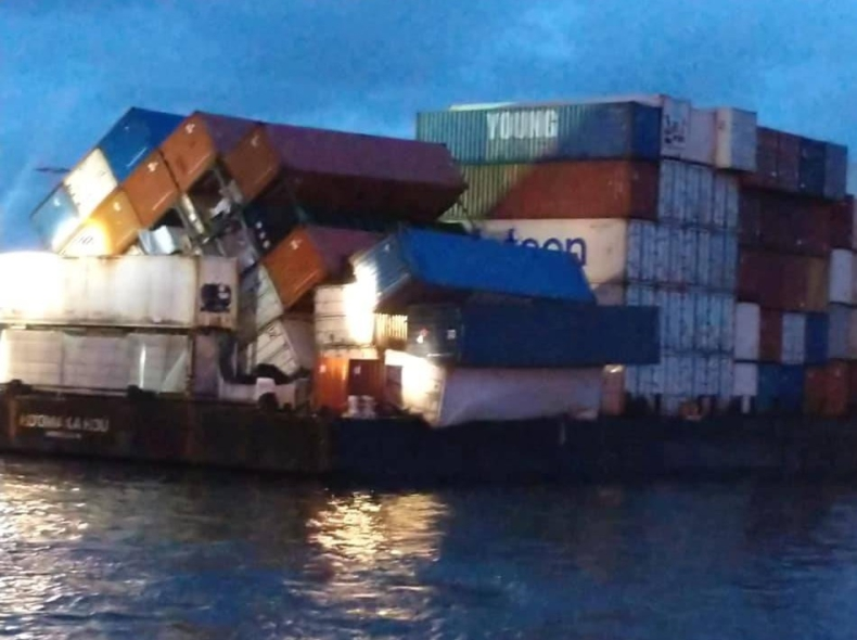 Ponad 20 kontenerów wypadło za burtę barki - GospodarkaMorska.pl