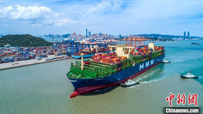 Największy kontenerowiec świata zawinął do chińskiego portu (wideo) - GospodarkaMorska.pl
