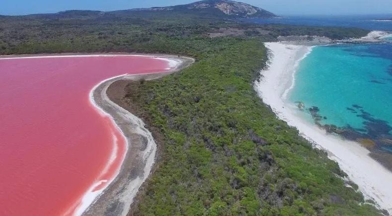 To prawdziwy cud natury. Dlaczego wody tych jezior mają taki niezwykły kolor? (wideo) - GospodarkaMorska.pl