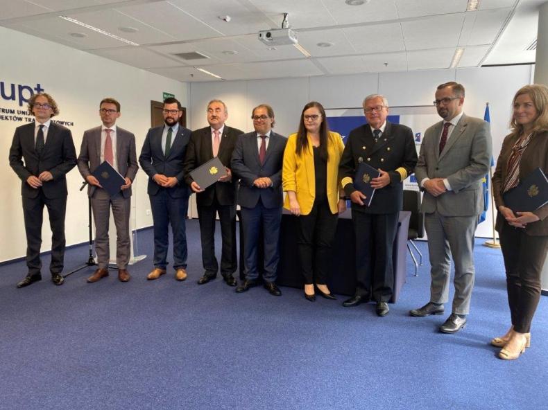 Urząd Morski w Gdyni podpisał umowę na Pogłębienie toru podejściowego Portu Gdynia - GospodarkaMorska.pl