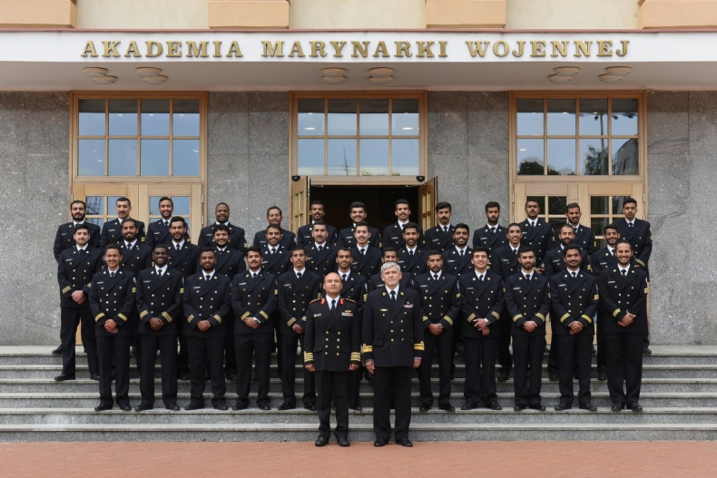 Dyplomy AMW dla studentów z Kuwejtu  - GospodarkaMorska.pl