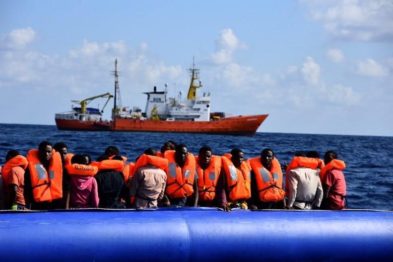 Malta: Uratowano 95 migrantów z tonącego pontonu - GospodarkaMorska.pl