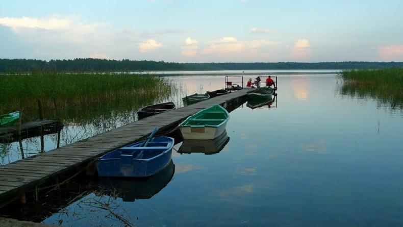 Na jeziorze Wałpusz znaleziono dryfującą łódź ze zmarłym - GospodarkaMorska.pl