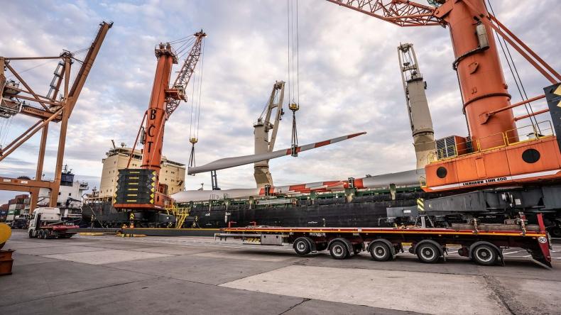 Największa dostawa elementów turbin wiatrowych w historii Portu Gdynia (wideo) - GospodarkaMorska.pl