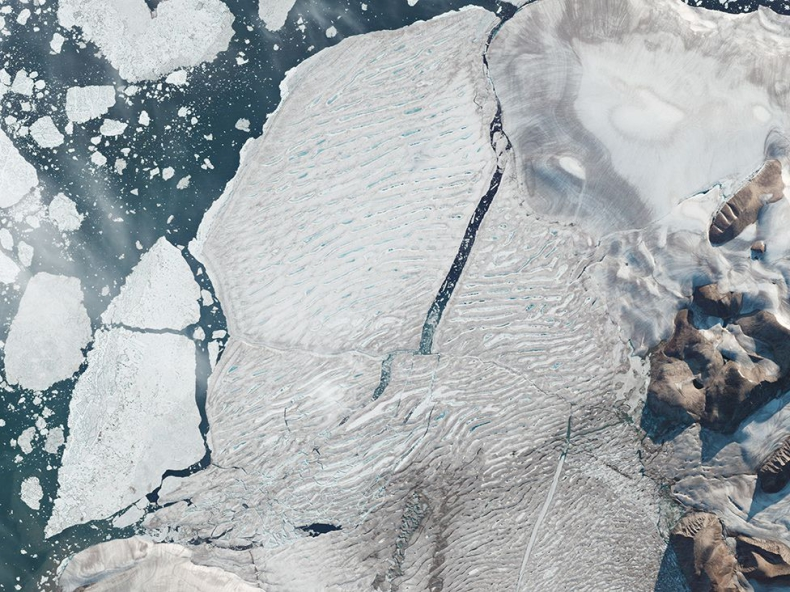 Góra lodowa wielkości Manhattanu wpadła do oceanu wraz ze stanowiskiem badawczym - GospodarkaMorska.pl