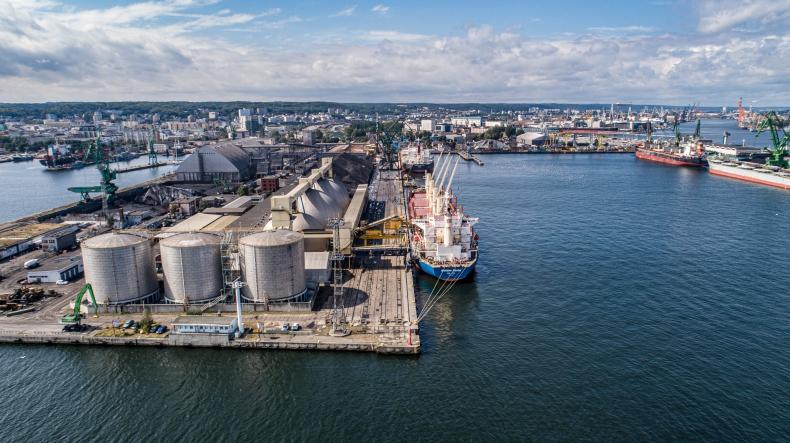 Bałtycka Baza Masowa: zobacz, jak wygląda załadunek 25 tysięcy ton siarczanu amonu (foto, wideo) - GospodarkaMorska.pl