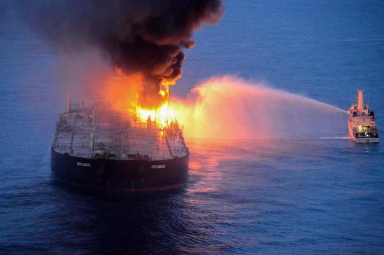 Pożar na tankowcu New Diamond pod kontrolą (foto, wideo) - GospodarkaMorska.pl
