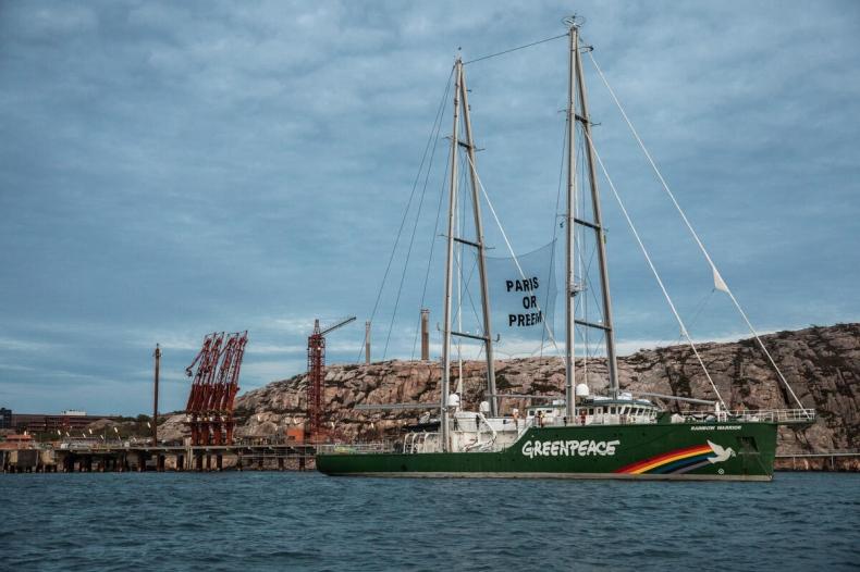 Aktywiści z Greenpeace blokują dostęp do rafinerii [wideo] - GospodarkaMorska.pl