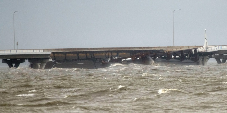 Huragan Sally urwał część mostu na Florydzie (wideo) - GospodarkaMorska.pl