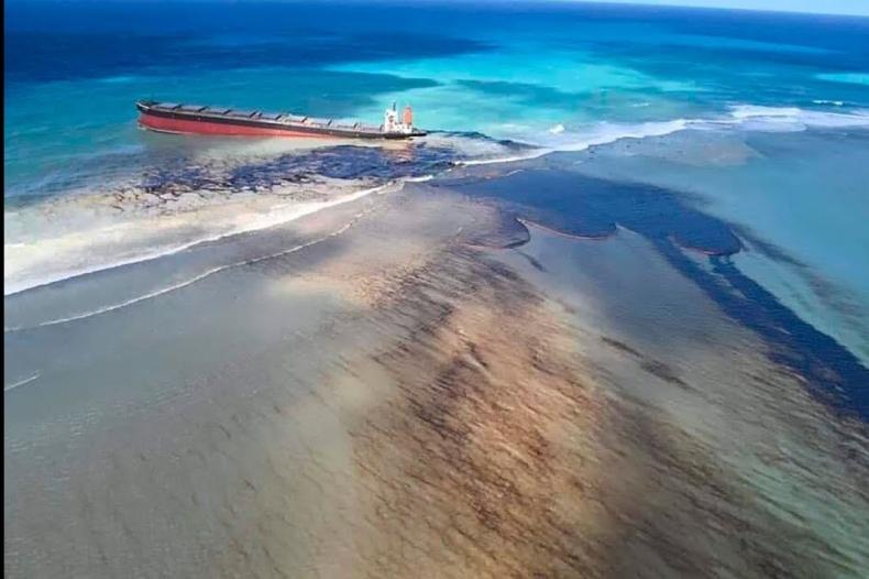 Coraz więcej tajemniczych substancji w oceanie wokół Mauritiusa po wycieku paliwa [wideo] - GospodarkaMorska.pl