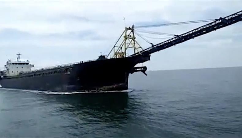 Pogłębiarka przebiła kadłub tankowca na malezyjskich wodach (wideo) - GospodarkaMorska.pl