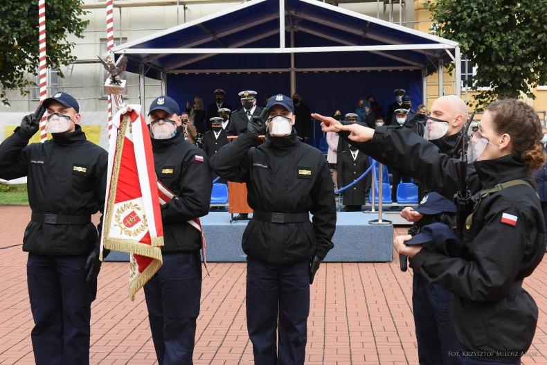 Przysięgali służyć ojczyźnie - przysięga wojskowa podchorążych AMW [foto] - GospodarkaMorska.pl