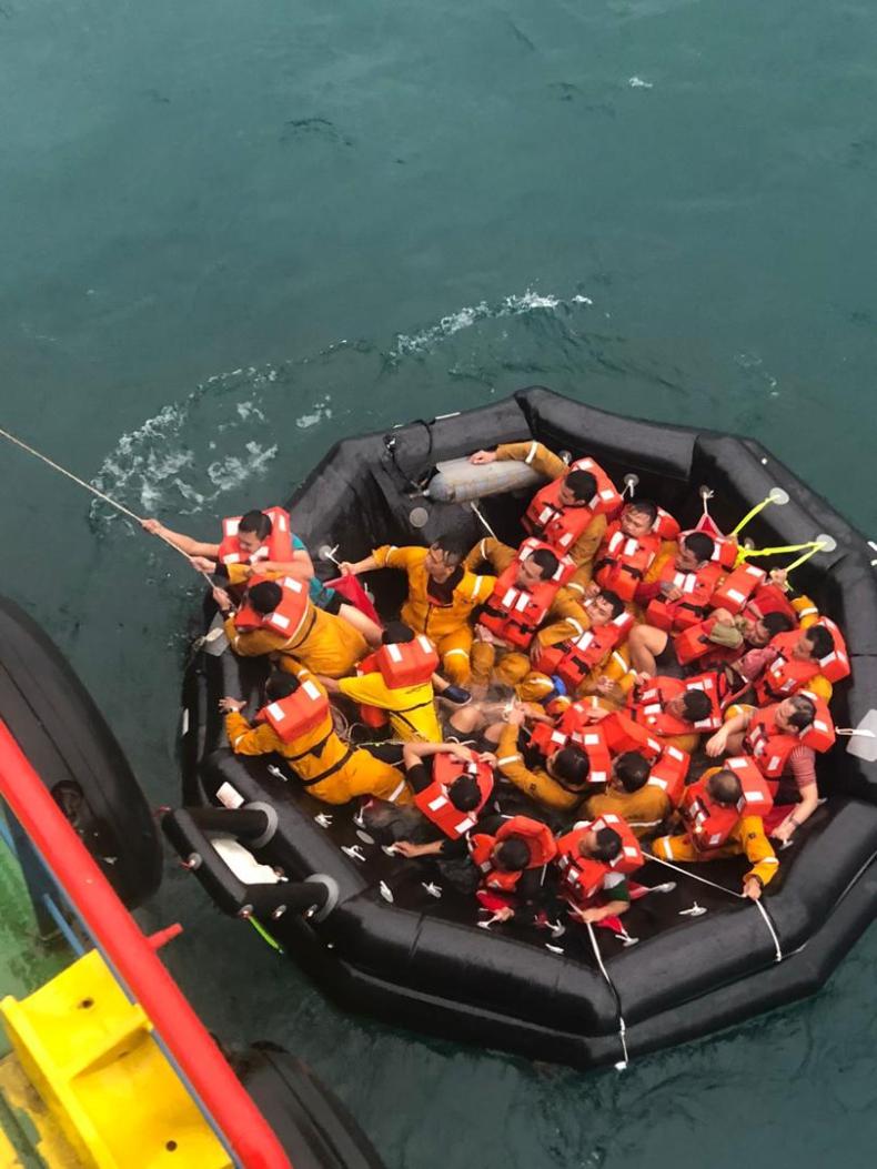 Dwie osoby zginęły, ponad 100 wyskoczyło za burtę po uderzeniu statku morskiego w platformę w Malezji - GospodarkaMorska.pl