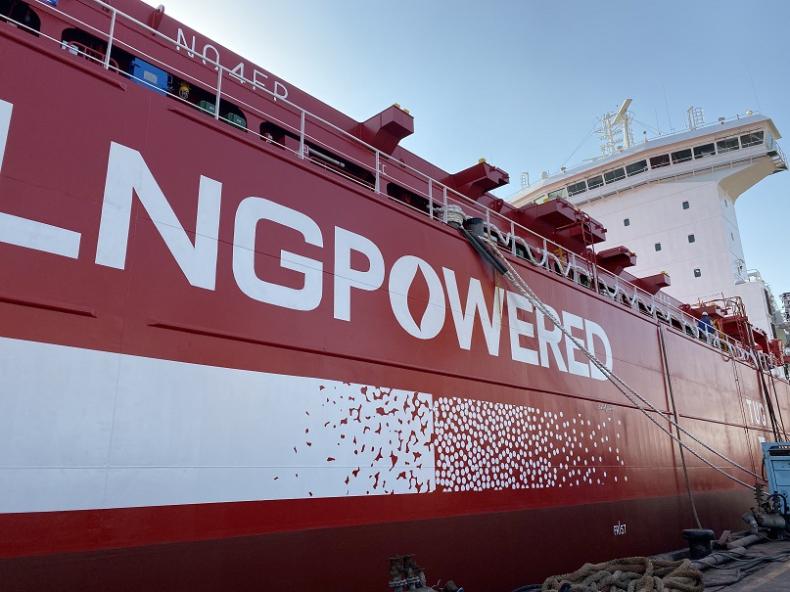 Niemcy: Nowy kontenerowiec uderzył w ścianę śluzy - GospodarkaMorska.pl