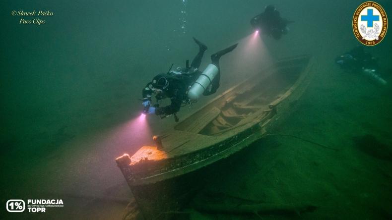 Niezwykłe odkrycie na dnie Morskiego Oka. Ratownicy natrafili na zatopioną łódź [foto] - GospodarkaMorska.pl