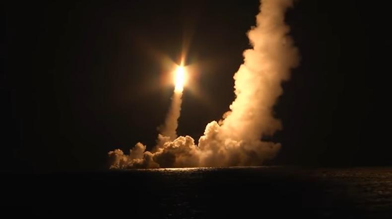 Rosja: udana salwa z czterech rakiet Buława z zanurzonego okrętu podwodnego (wideo) - GospodarkaMorska.pl