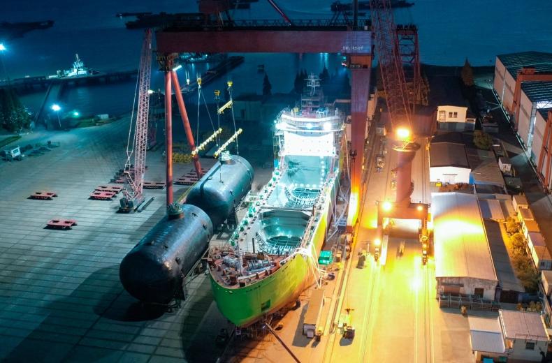 Zainstalowano zbiorniki na pierwszej rosyjskiej bunkierce LNG - GospodarkaMorska.pl