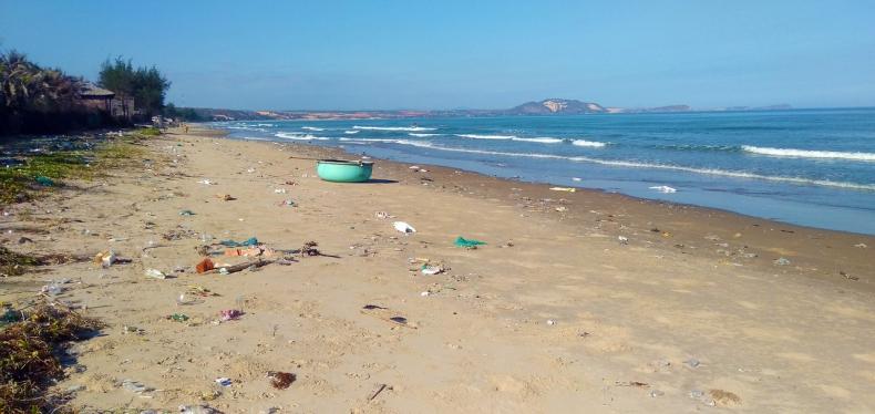 Mikroplastik wszechobecny w wodach wokół Japonii - GospodarkaMorska.pl