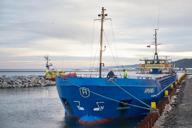 Statek z kamieniem hydrotechnicznym dotarł na Mierzeję (wideo) - GospodarkaMorska.pl