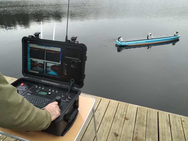 Testy systemu wypadły pozytywnie – model statku autonomicznego AMS na wodzie - GospodarkaMorska.pl