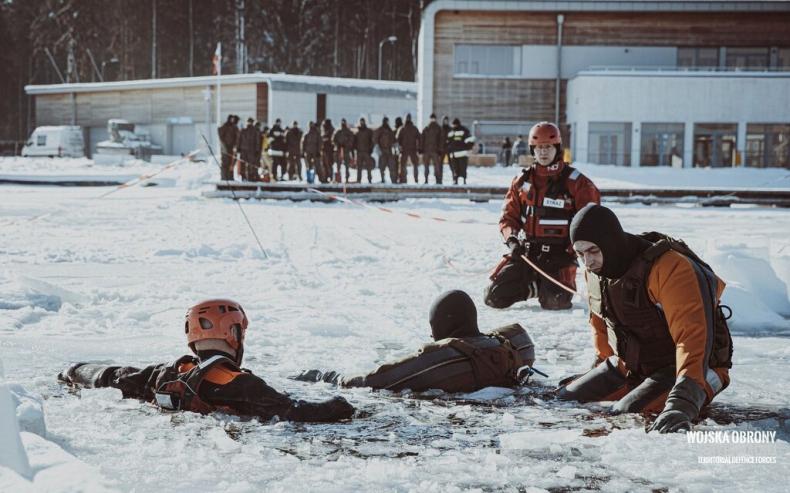 Szkolenie z ratownictwa lodowego pod okiem strażaków - GospodarkaMorska.pl