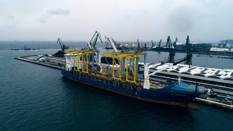 W niedzielę z Portu Gdynia wypłynął statek z ładunkiem 5 suwnic dla izraelskiego portu - GospodarkaMorska.pl