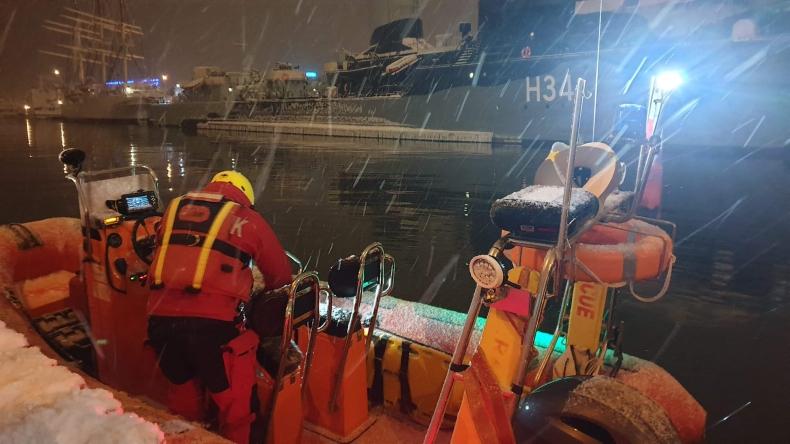 Członek załogi ORP Orkan wypadł za burtę. Trwają poszukiwania  - GospodarkaMorska.pl