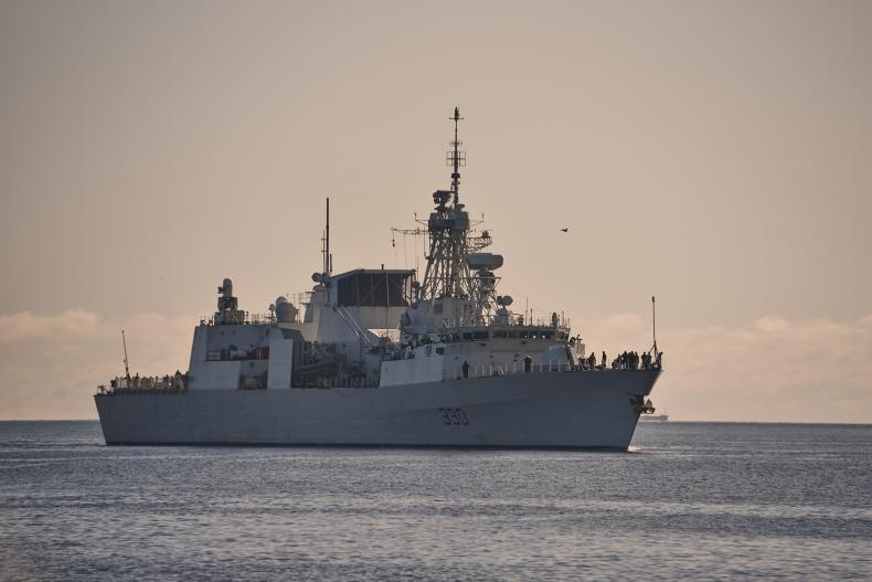 Kanadyjska fregata rakietowa HMCS w gdyńskim porcie - GospodarkaMorska.pl