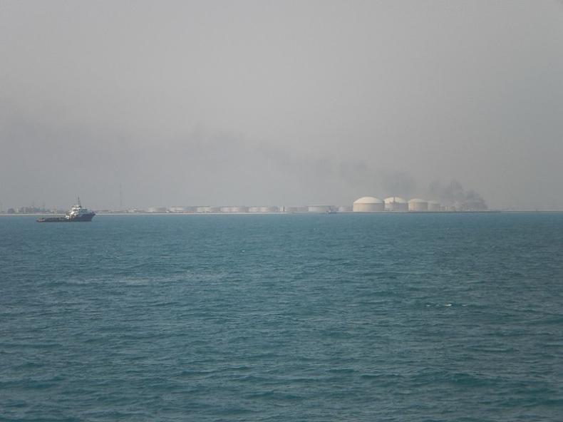 Arabia Saudyjska: Władze potwierdzają atak na port naftowy - GospodarkaMorska.pl