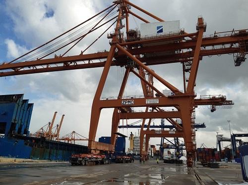 Wyładunek stali w Gdynia Container Terminal (GTC) - GospodarkaMorska.pl