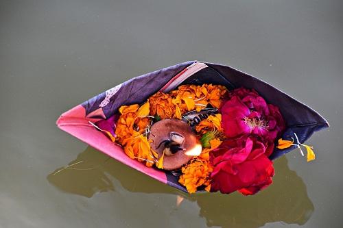 Indie: Ganges oczyszczany z ton kwiatów ofiarnych - GospodarkaMorska.pl