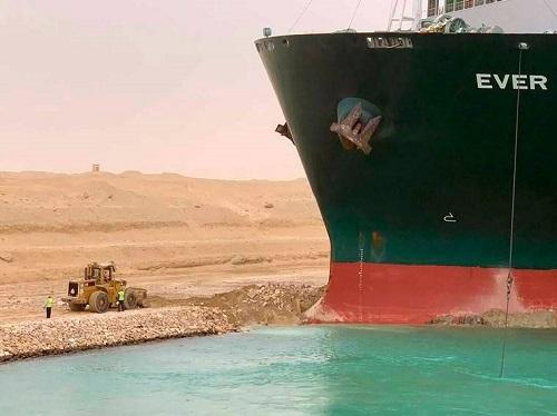 Zablokowany Kanał Sueski destabilizuje globalny łańcuch dostaw i jest powodem wzrostu cen ropy - GospodarkaMorska.pl