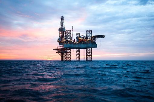 W USA ropa drożeje w reakcji na podejmowane próby odblokowania Kanału Sueskiego - GospodarkaMorska.pl