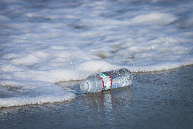 W ciągu tygodnia do organizmu człowieka przedostaje się nawet 21 gramów mikroplastiku - GospodarkaMorska.pl