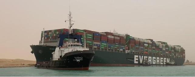 Egipt: Zły manewr kapitana prawdopodobną przyczyną utknięcia statku na Kanale Sueskim - GospodarkaMorska.pl