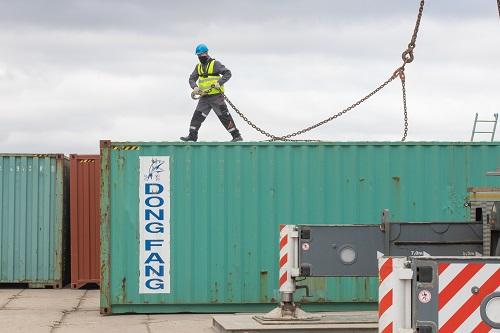 Wisła – barka jest teraz rozładowywana w porcie w Gdańsku - GospodarkaMorska.pl