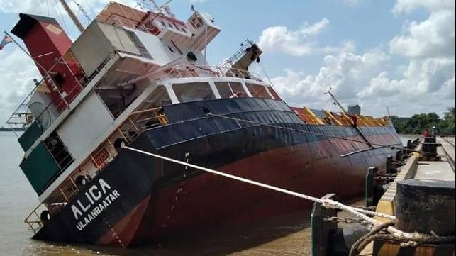 Statek towarowy stracił stateczność w porcie, kontenery spadły do wody - GospodarkaMorska.pl