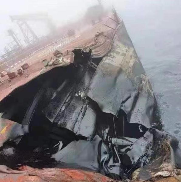 Chiny: Trwa oczyszczanie po rozlaniu 500 ton ropy z tankowca - GospodarkaMorska.pl