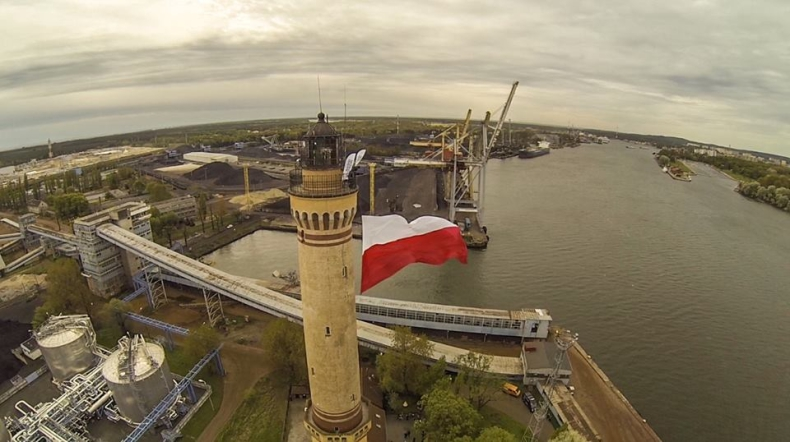 W Świnoujściu na latarni morskiej załopotała potężna biało-czerwona flaga - GospodarkaMorska.pl
