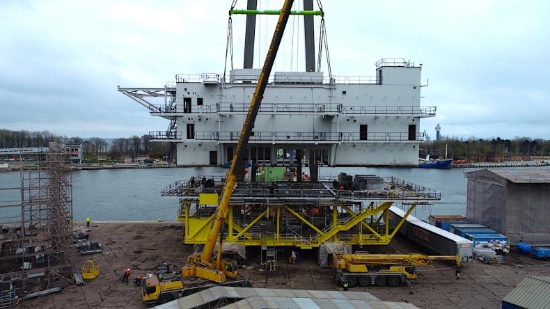 Montaż wielkiej trafostacji offshore - operacja wagi ciężkiej w Mostostalu Pomorze [wideo] - GospodarkaMorska.pl