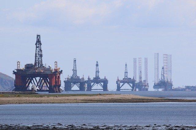 Ceny ropy w USA wyższe, a zapasy surowca najniższe od końca lutego 2021 - GospodarkaMorska.pl