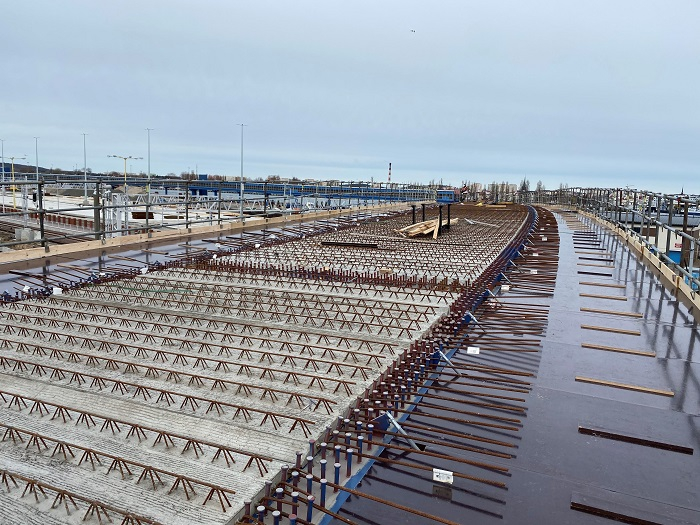 W Świnoujściu na terminalu promowym pojawiły się kolejne elementy modernizowanego nabrzeża  - GospodarkaMorska.pl