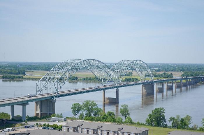 Straż przybrzeżna zamyka odcinek rzeki Mississippi w pobliżu Memphis z powodu pękniętego mostu - GospodarkaMorska.pl