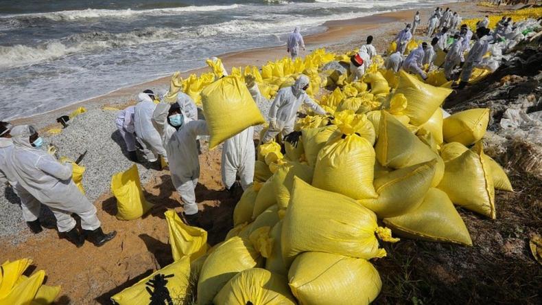 Katastrofa ekologiczna następstwem pożaru chemikaliowca u wybrzeży Sri Lanki - GospodarkaMorska.pl