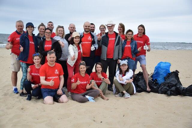 Wolontariusze Energi wysprzątali plażę w Sobieszewie [WIDEO] - GospodarkaMorska.pl